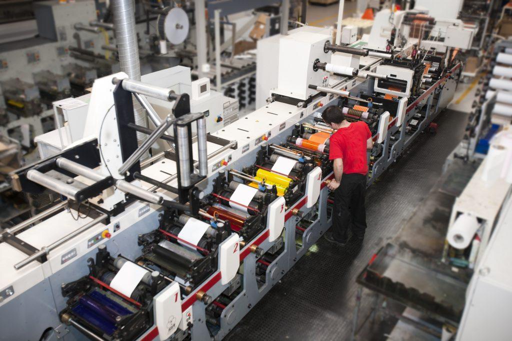 Máquina de impresión en flexografía a pleno rendimiento.